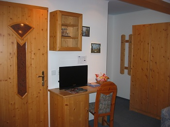 Gästehaus Salzburg, Ihr Gästehaus Heidi, Schreibtisch mit Minibar und Kabel-TV